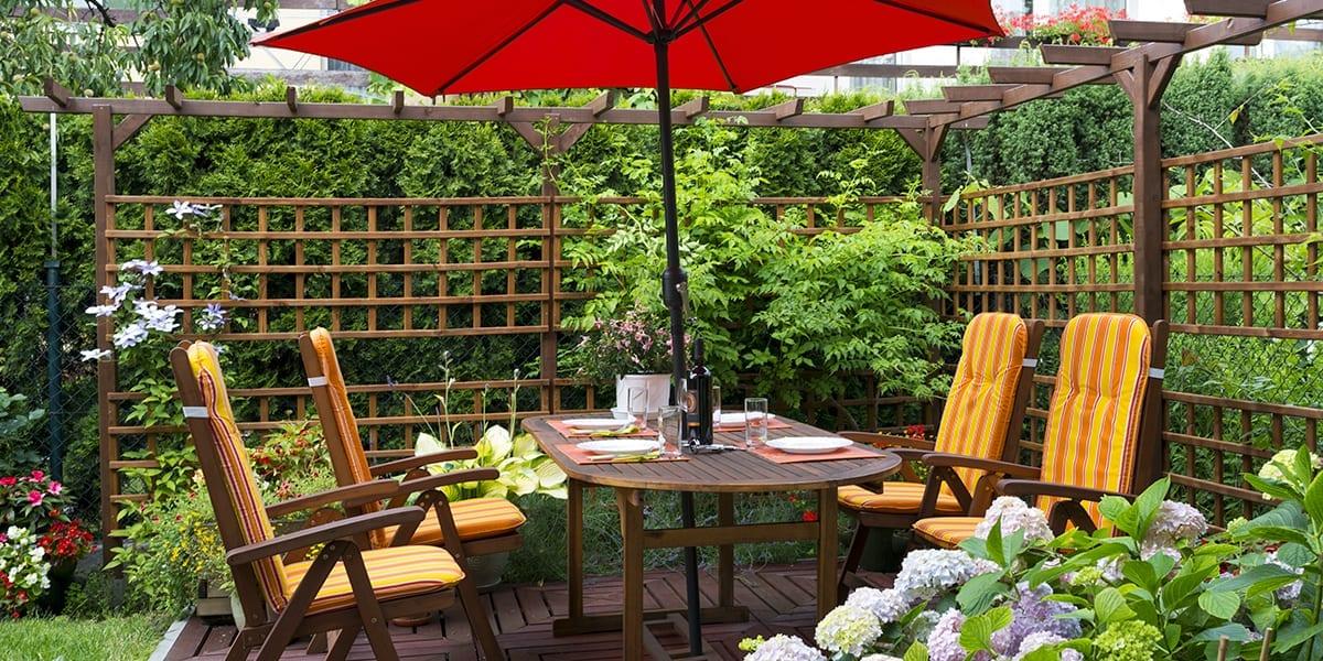 live-outside-outdoor-room-hedge-trellis-patio-umbrella