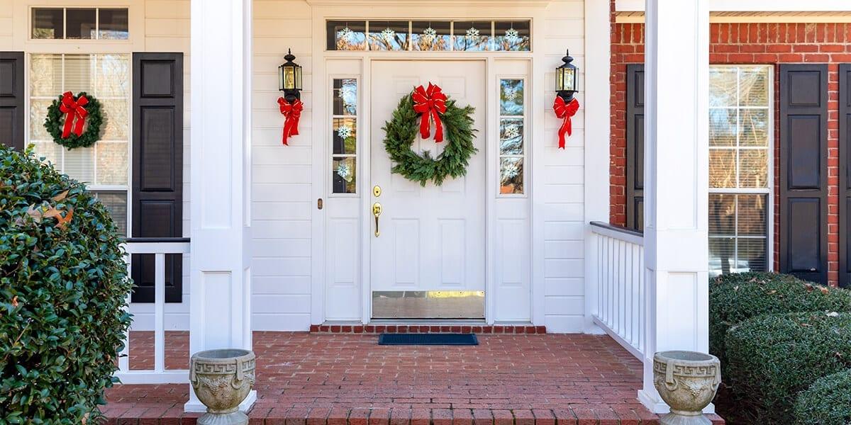 platt-hill-holiday-decor-hotspots-christmas-front-door
